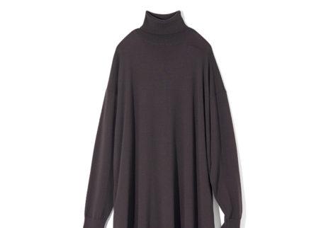 〈グラフペーパー〉が別注した〈エイトン〉のニットドレス。