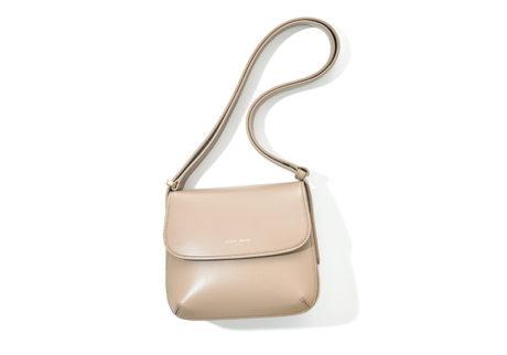 〈ジョルジオ アルマーニ〉の定番バッグに柔らかな色みのトープが仲間入り。