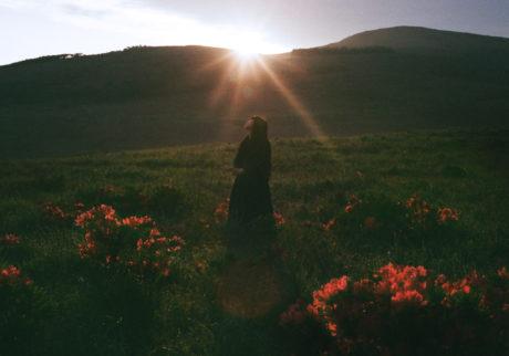 音楽家・青葉市子×写真家・小林光大が紡ぐ、旅と日々の記憶。Choe「東雲色の追懐」