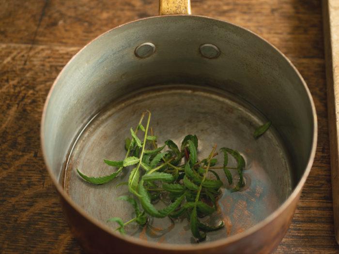 1.鍋にブランデーとレモンマリーゴールドを入れる。