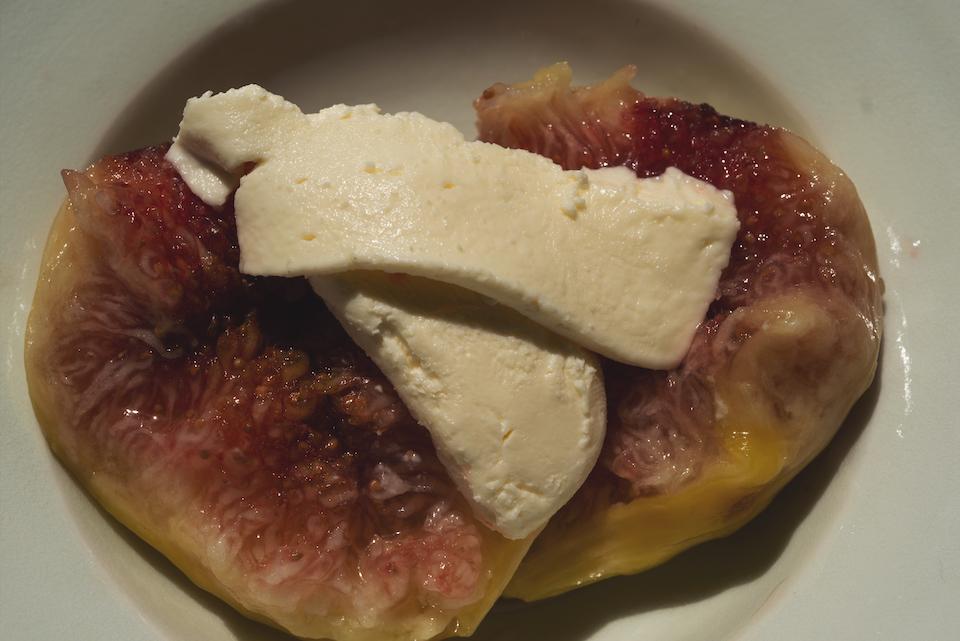 4.皿に半分に割ったイチジクとブリア・サヴァランをのせ、冷やしておいたシロップをかける。