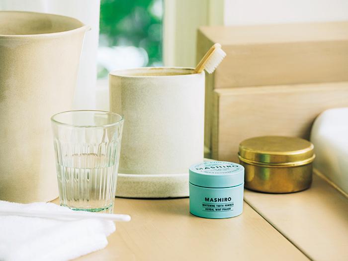 洗面台にもなじむミントグリーンのパッケージは、朝の歯磨き時間を清々しくしてくれる。チューブタイプと違って量が減っても変形せず、倒れる心配もない。