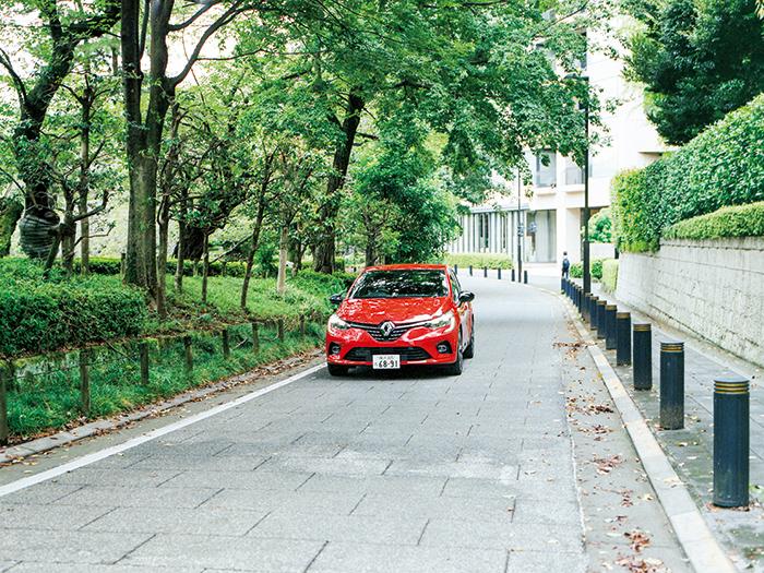 細い路地での走行も軽快にする自由自在なハンドリング。鮮やかで情熱的な赤いボディカラーは「ルージュ フラム M」。
