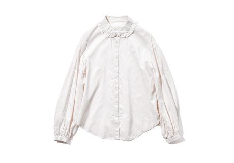 襟のフリルが可憐な〈ユーモレスク〉のシャツブラウス。