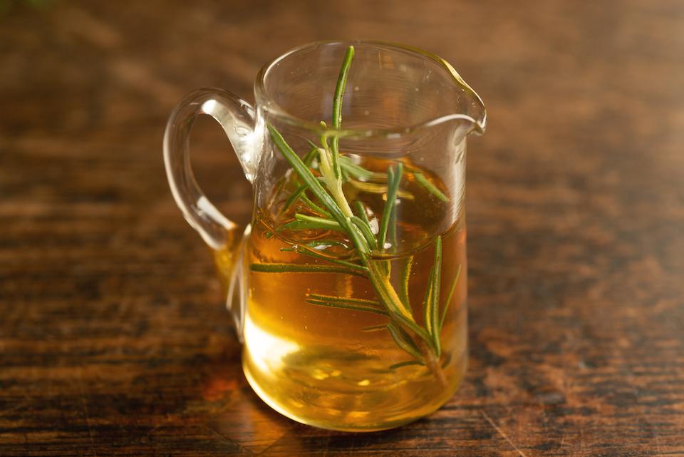 1. 蜂蜜にローズマリーを入れ、常温で2日以上漬けておく。
