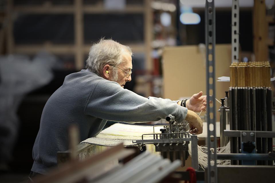 生地織り~仕上げまで、約50名の熟練した職人が手がける。特に美しい起毛技術に定評がある。