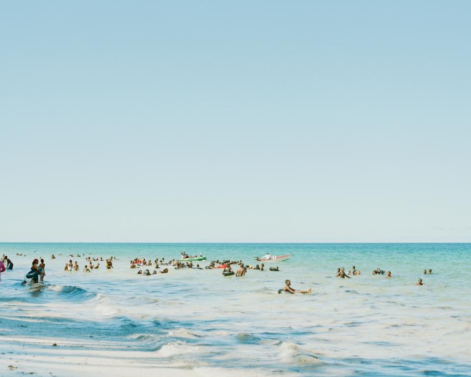 浮き輪が大人気。みんなで浮き輪につかまって遊んでいる。 かつらを大切にしている人はシャンプーハットを被っている。