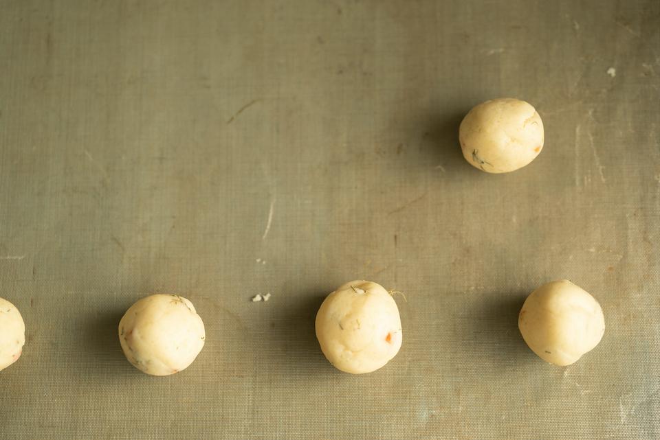 2. 10gずつ丸めたものを天板に並べる。オーブンを170℃に設定し、20分を目安に焼き、天板の上で冷ます。