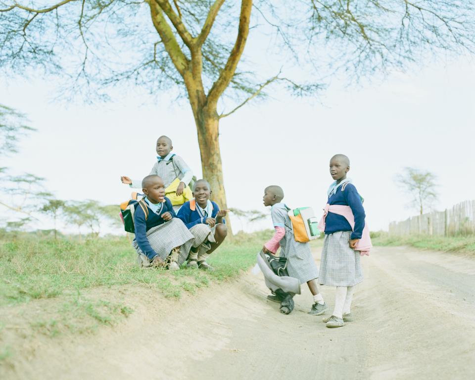 少し遠出。ナイバシャという町。下校途中の小学生と踊って遊ぶ。