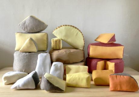 NYが拠点の架空のグローサリーショップ『Yuki & Daughters』が、 世界のチーズのオブジェを展示販売。