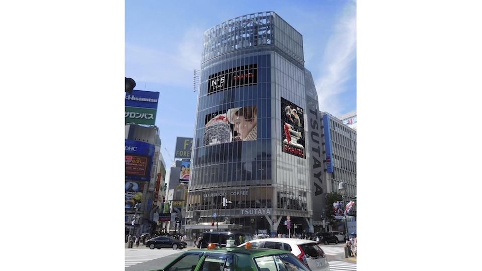 渋谷、スクランブル交差点も、〈シャネル〉の幻想的な世界が彩る。