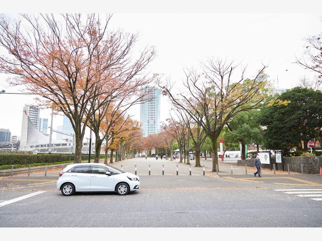 シンプルなデザインで街中にも映えるFIT。e:HEVならではの滑らかな走り心地を実現。