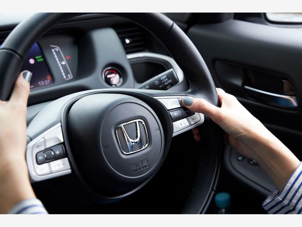 Hondaが誇る安全運転支援システム「Honda SENSING」を搭載。大きくて見やすい液晶モニターでは、速度や「Honda SENSING」の作動表示が確認できる。