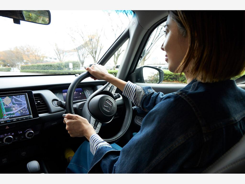 水平基調のインパネと極細のフロントピラーにより、開けたフロントビューを実現。運転時にも安心。
