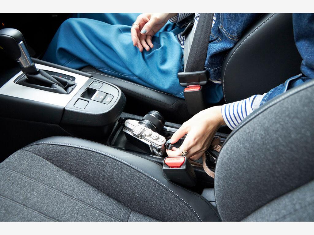 運転席横のテーブルコンソール。大切なものを身近に置けて、ふとした瞬間にすぐに手に取れるのが嬉しい。