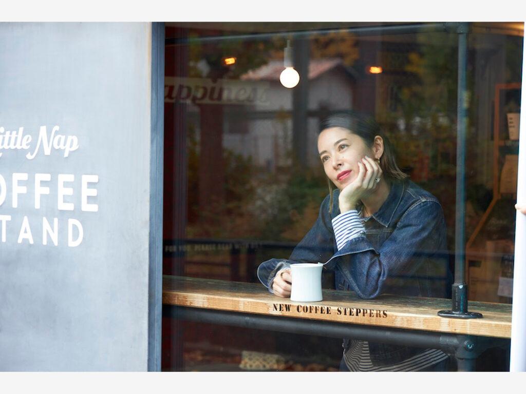 「近くまで来たら必ず立ち寄ります」というお気に入りのお店『リトルナップコーヒースタンド 』で。一杯ずつハンドドリップで淹れたコーヒーを飲みながら寛ぐのは、花楓さんの毎日に欠かせない時間。