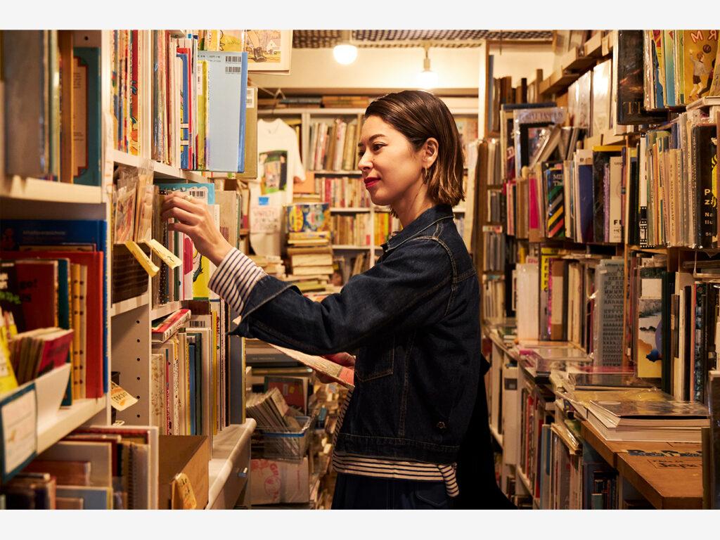 心地よい音楽が流れる店内に並ぶ、世界の絵本やキノコの専門書、古雑誌や雑貨……。東京・代々木公園の古書店『リズム&ブックス』は、いつも花楓さんの感性を刺激してくれる。