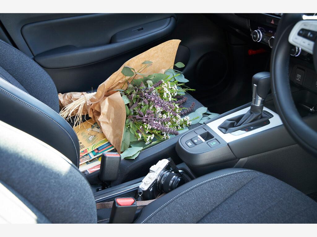 路地裏の生花店で買った花束と、子どもへのプレゼントとして選んだ絵本を乗せて。FITが毎日の暮らしの可能性を広げてくれる。