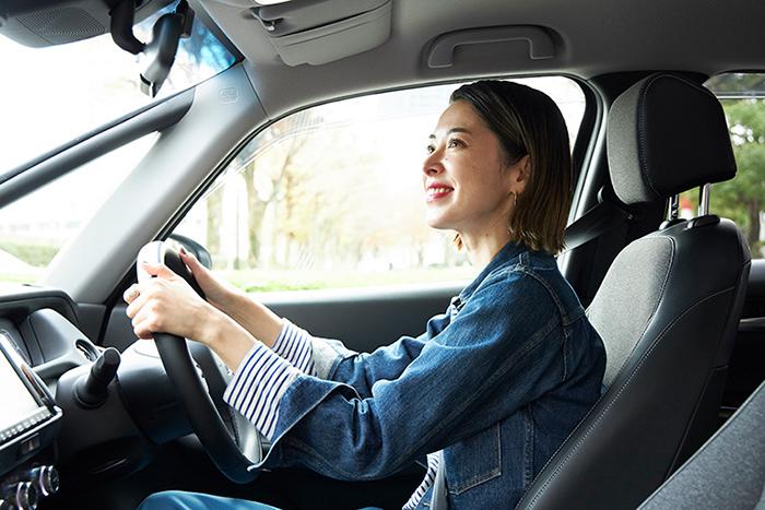 室内空間が広くとられ、運転席に座ったときの心地よさがさらに高まったFIT。ハンドルを握る花楓さんの顔も思わず綻ぶ。