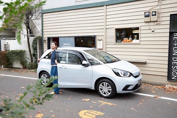 東京・代々木公園にあるお気に入りの店『リトルナップコーヒースタンド』に立ち寄る花楓さん。小回りの利くFITなら、細い路地に面したショップにも訪れやすい。