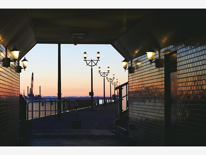 幣舞橋の下を通るトンネルから眺めるサンセット。舵輪をモチーフにした街灯の柔らかな光が空を照らし、一層ロマンチックに。