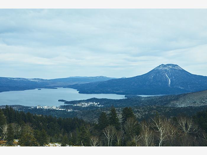 阿寒湖の南に位置する白湯山展望台より、阿寒湖と雄阿寒岳を望む。見晴らしの良さに思わず息をのむ。