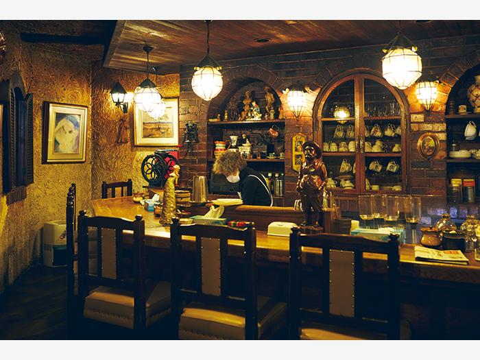 昭和47(1972)年から釧路の街を見守る喫茶『仏蘭西茶館』(釧路市末広町5−5)。時が止まっていたかのようなレトロな店内は、まさに純喫茶という空間。小倉パフェ(¥900)が美味。