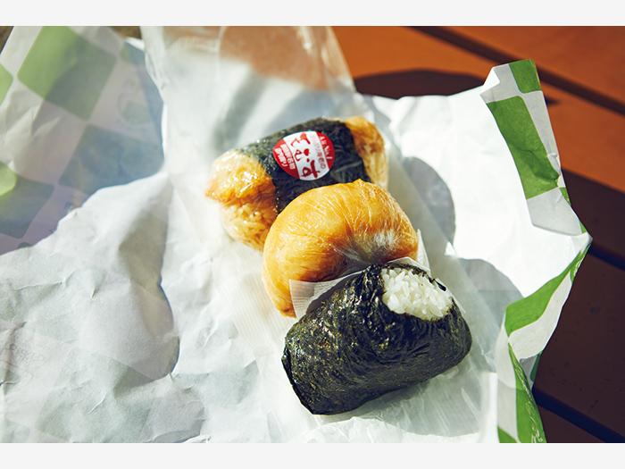 駅内の『ばんばん』のおにぎり。上から天むす(¥200)、焼きおにぎり(みそ/¥180)、ザンギマヨネーズ(¥220)。手作りの味が旅情をかきたてる。