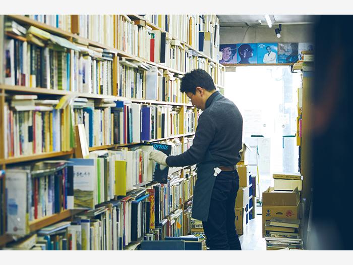 昭和57(1982)年開業の『豊文堂書店』(釧路市白金町1−16)には古書のほかレコードも並ぶ。店主の豊川大輔さんは、父・俊英さんから店を最近受け継いだ。