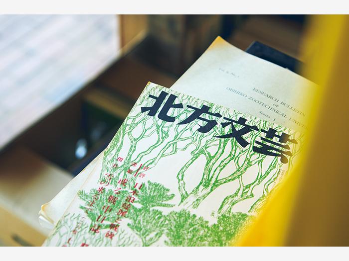 地元の郷土史にまつわる古書や、道内から優れた作品を数多く生み出した文芸誌『北方文芸』の古本も取り揃える。レコードのラインナップは特にジャズが豊富。