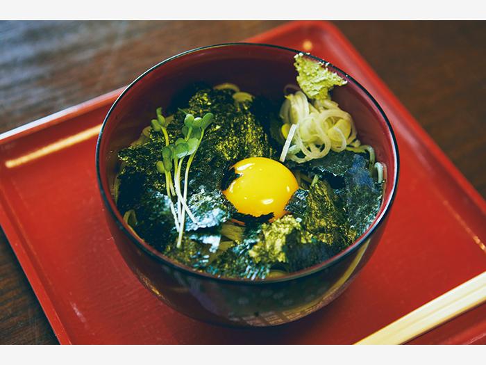 『ぬさまい東家』(釧路市南大通1−1−5)の無量寿(¥850)は濃厚ながらするする食べられる。ごま油を合わせた醤油ベースの汁に、冷たい蕎麦を絡めた一品。
