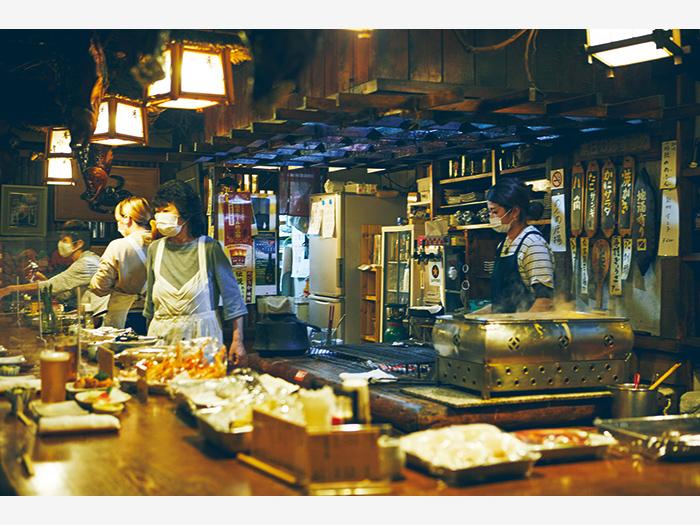炉端焼き店『番小屋』(釧路市末広町4−9)で、店を切り盛りする女性たちのもてなしに心温まる。名物鯨ベーコン(¥800)ほか、海鮮を心ゆくまで堪能できる。