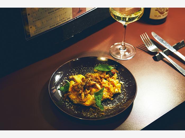 横丁内のバー『デミナミ』(釧路市川上町4−1)は、グラスワインを数多く取り揃える人気店。イタリアンを中心としたつまみで、日替わりメニューも豊富。