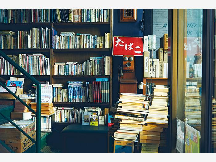 釧路市街地へ戻り、『豊文堂書店 北大通店』を引き継いだ『古書かわしま』(釧路市北大通8−1)へ。店主・川島直樹さんの選書からは本への強い愛を感じる。