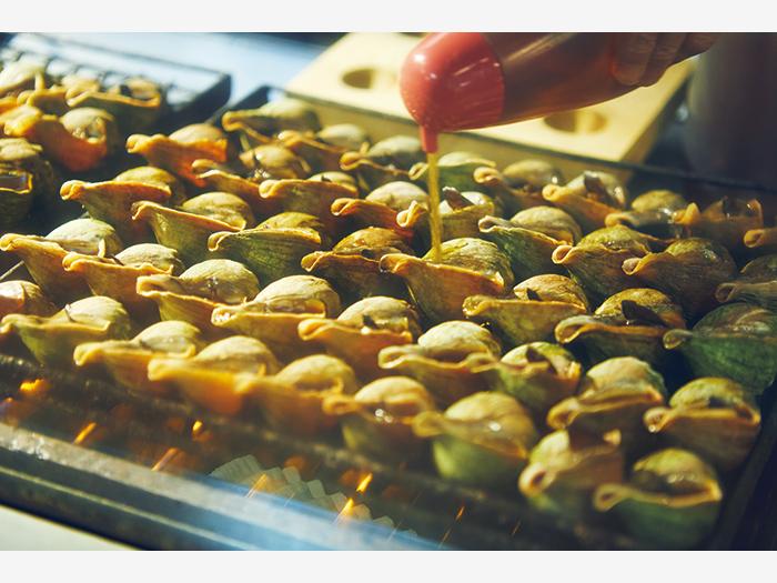 メニューはつぶ焼き(5個¥900)とラーメンのみの『かど屋』(釧路市栄町4−1)。一度味つけしながら火入れし、一日寝かせて味を染み込ませたつぶ貝は絶品。