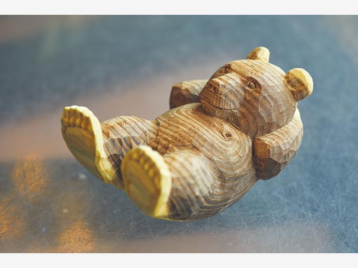 「チャーミングな佇まいに癒やされる」トレーニング中の熊の木彫り。腹筋熊¥3,200〜(熊の家 藤戸▷釧路市阿寒町阿寒湖温泉4−7−12)