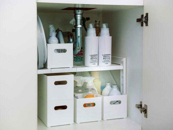 シンク下などの有効活用に便利な「伸縮フリーラック」。伸縮幅は29~45㎝、棚板の高さは4段階に調整でき、排水トラップを避けて設置も可能だ。整理ボックスを組み合わせれば、さらに無駄なく収納できる。