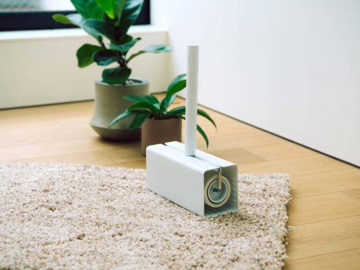 ふだんのこまめな掃除に役立つ、粘着テープ式クリーナー。〈ニトリ〉の「カーペットクリーナー」は、斜めカットテープとシンプルで出し入れしやすいケースが人気。しかも「伸縮フローリングワイパー ラクッカ」のポールを取り付けることもできる。