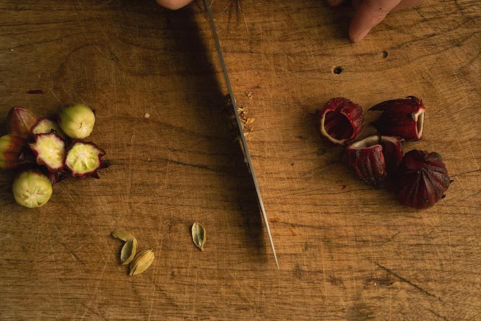 4.フィリングを作る。カルダモンは皮から実を出して刻む。ローゼルの萼(がく)と種を取り除き、皮を用意する。リンゴは皮をむいて一口大にカットする。