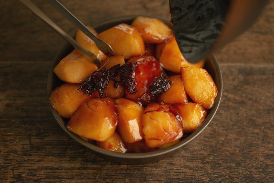 7.型にフィリングを敷き詰める。汁も流し入れ、200℃のオーブンで50分ほど焼く。さらにオーブンを180℃に設定し、型を180度回転させて20分ほど焼く。