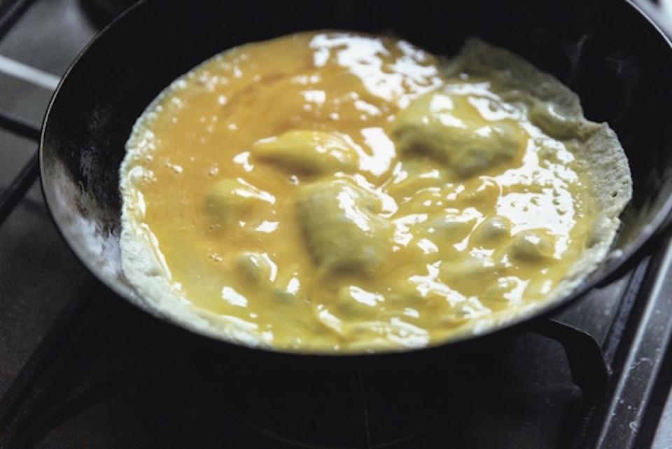 フライパンを回しながら、薄くパ リッとなるように焼く。