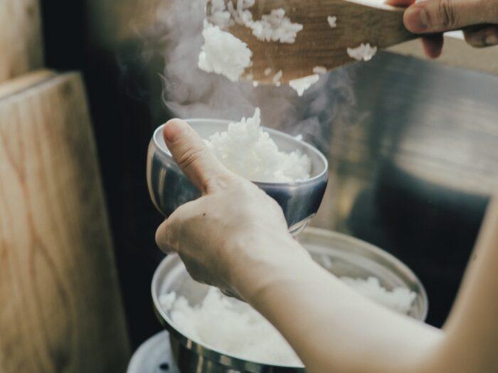 チゲにはやっぱりステンレスのめし碗が似 合う。炊きたてのご飯をたっぷりと。