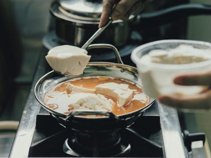 煮干しだしにコチュジャンと味噌を溶いた スープに寄せ豆腐を滑り込ませる。