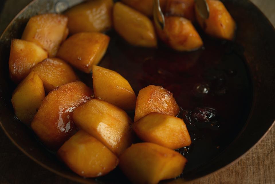 5.フライパンにきび砂糖と水を入れ、中火にかけて溶かし、バターを加えてキャラメルを作る。4.のリンゴとカルダモン、ローゼルを一緒に炒め、リンゴの角がやわらかくなり汁が出てきたら火を止める。