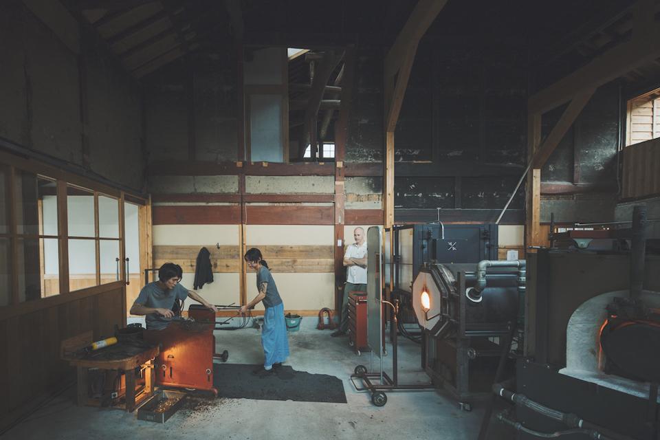 ガラス工房は納屋や厩として使われていた土間を利用。