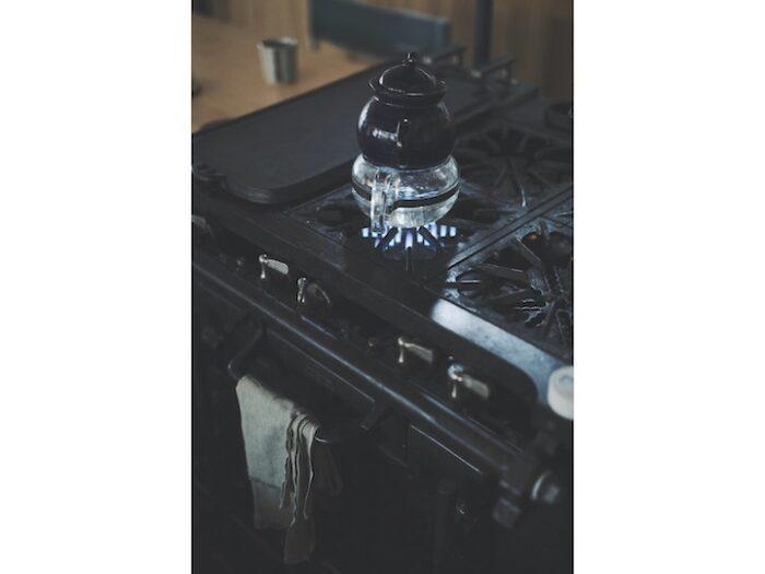 キッチンの鉄製ガスオーブンレンジはバルカン社製。アメリカの友人の古い家から譲り受け、直して使っている。