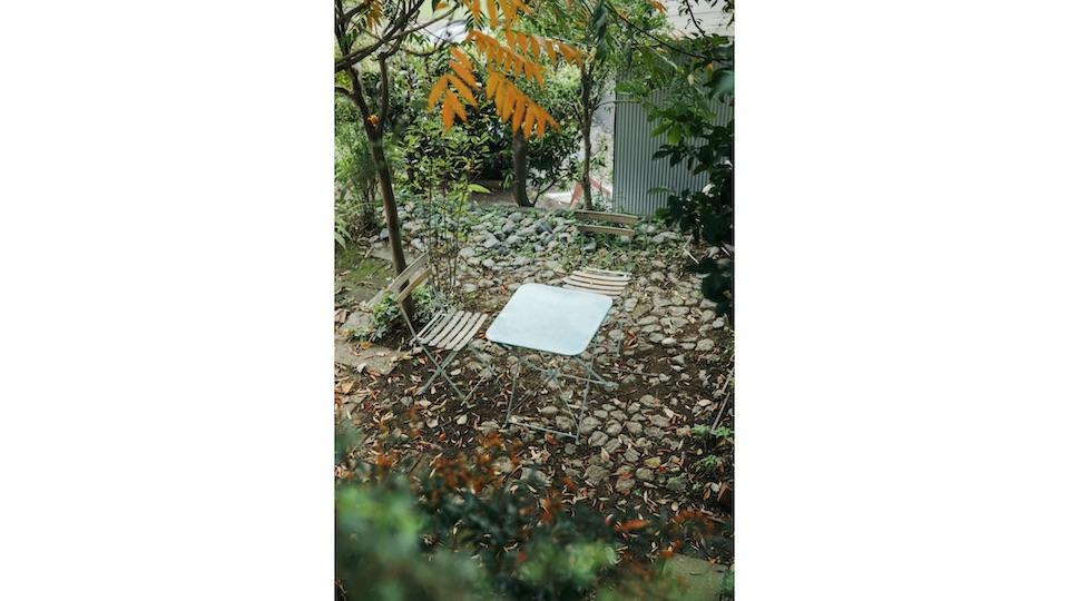 2 階の和室からは、紅葉したハゼノキが見える。庭の一角で寛げるアウトドアテーブル&チェアを。