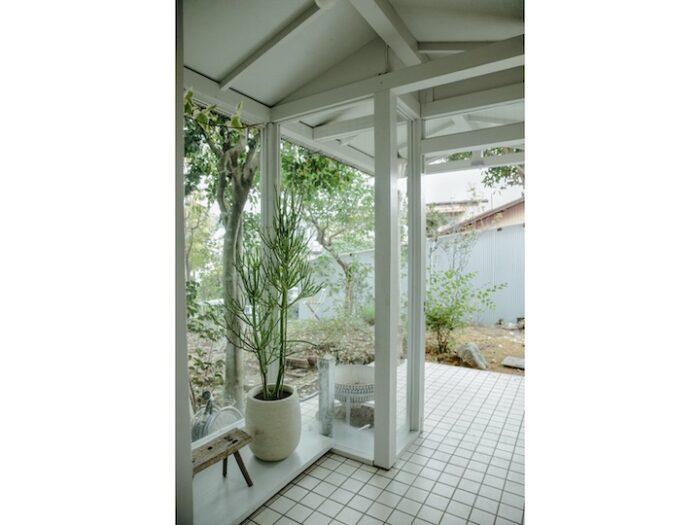 玄関も〝外にいる感覚〞を意識した。開放的なガラス張りの窓から、庭の植物を感じることができる。