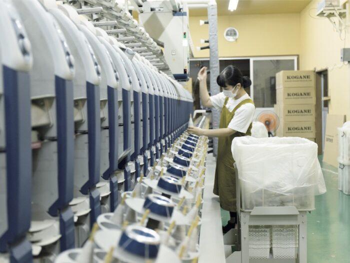 撚糸の前に行うコーンアップの作業。全国で5 台しかない最新の機械のうち2 台を導入している。昔ながらの機械と最新機器を融合させ、それぞれの機械の良さを引き出し、生産効率を上げていく。