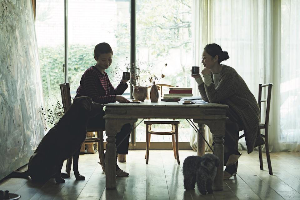 愛犬たちも加わり、賑やかなコーヒータイ ムを過ごすモデル、デザイナーの雅姫さん。 この日は、大学院進学を機に一人暮らしを 始めた娘のゆららさん(左)が帰省中。